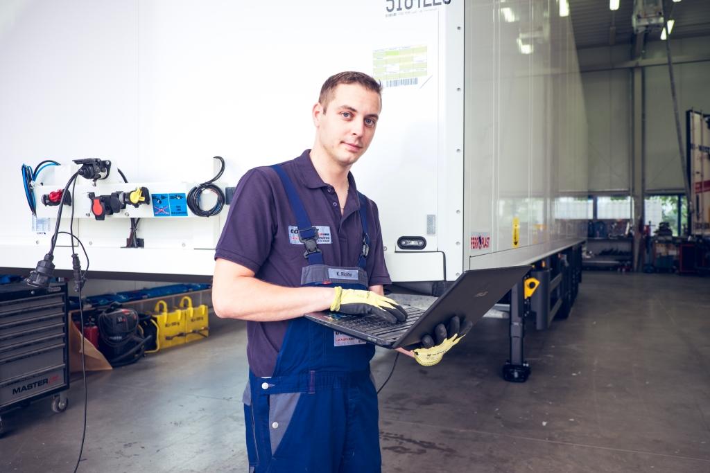 Mitarbeiter bei der Reparatur eines Nutzfahrzeugs