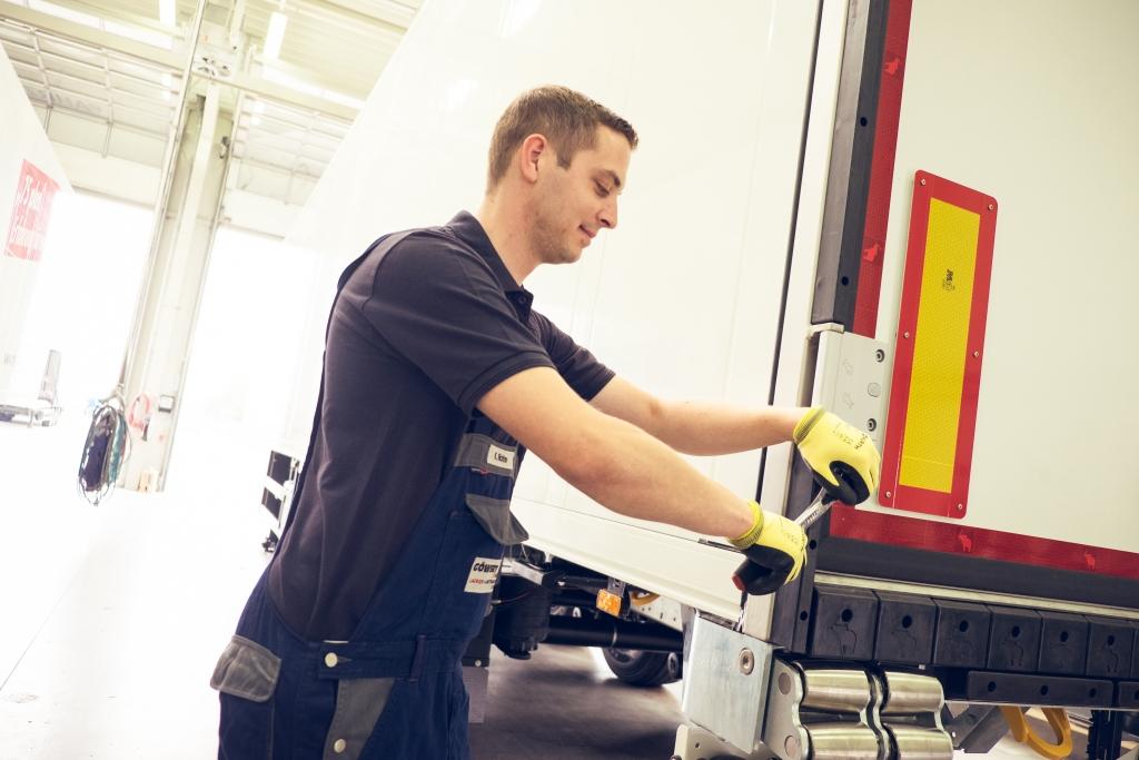 Mitarbeiter prüft Einstellungen am Nutzfahrzeug