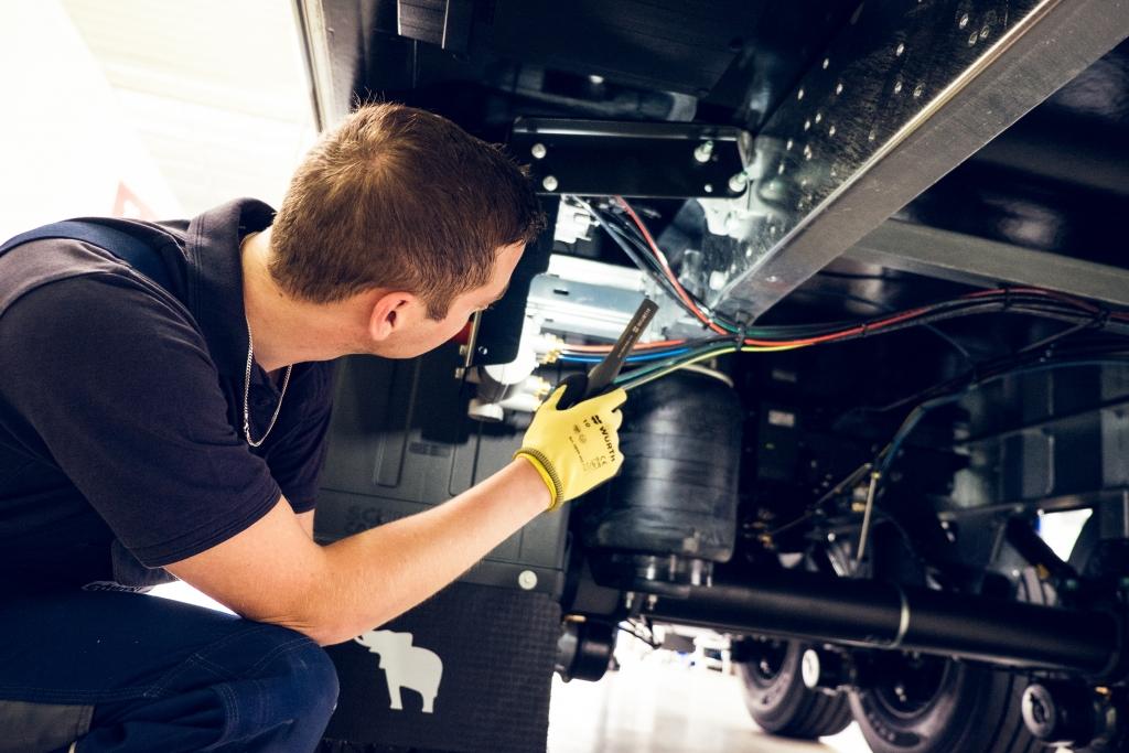 Tägliches Geschäft bei der Reparatur eines Nutzfahrzeugs